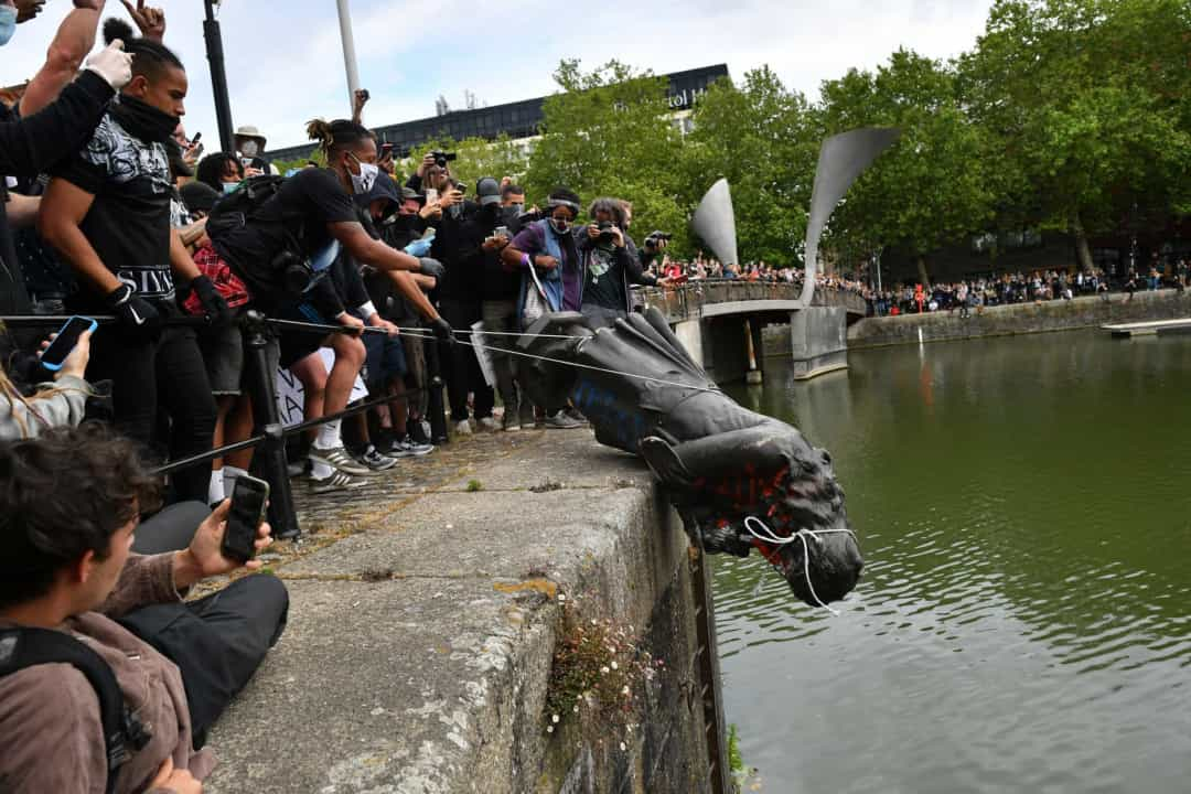 Les célèbres statues déboulonnées en signe de protestation