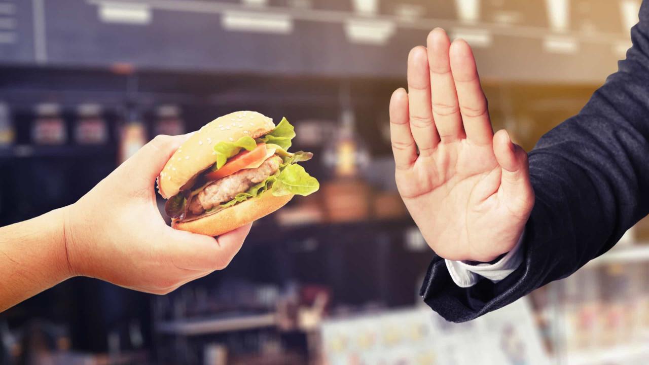 Si comes fuera, evita estos alimentos