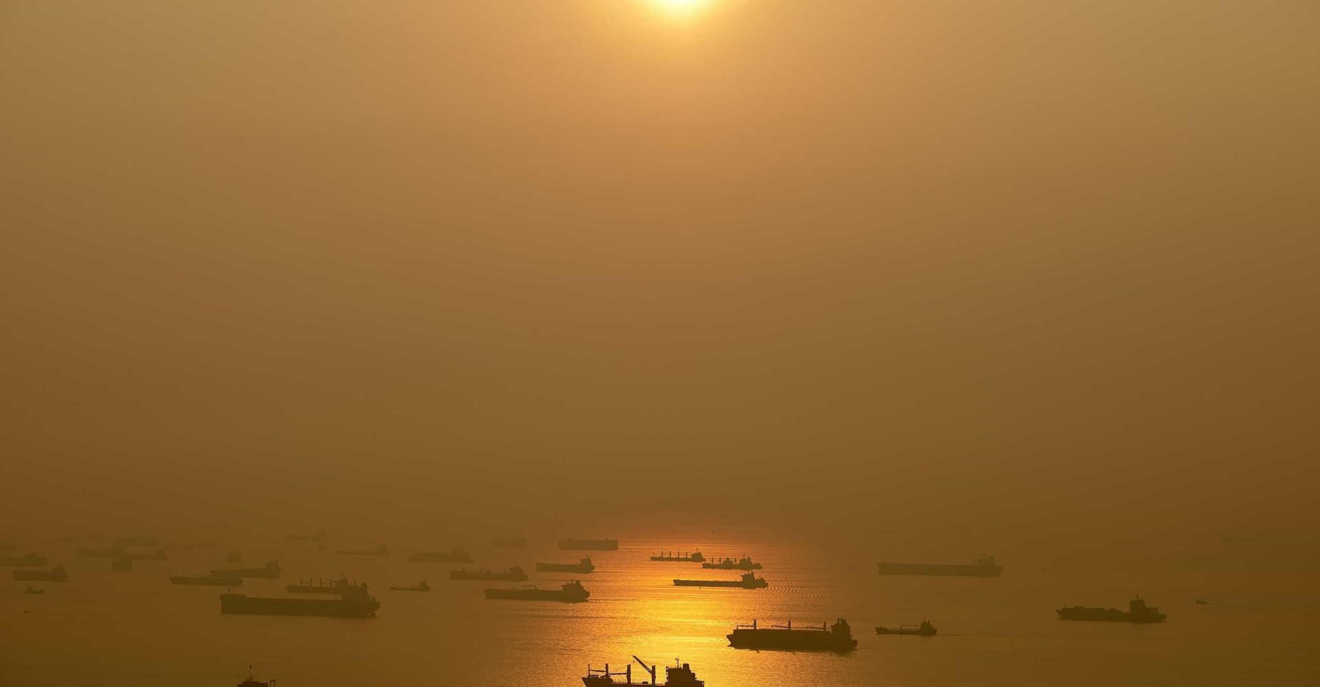 싱가포르 앞바다에 나타난 버려진 배들의 미스터리