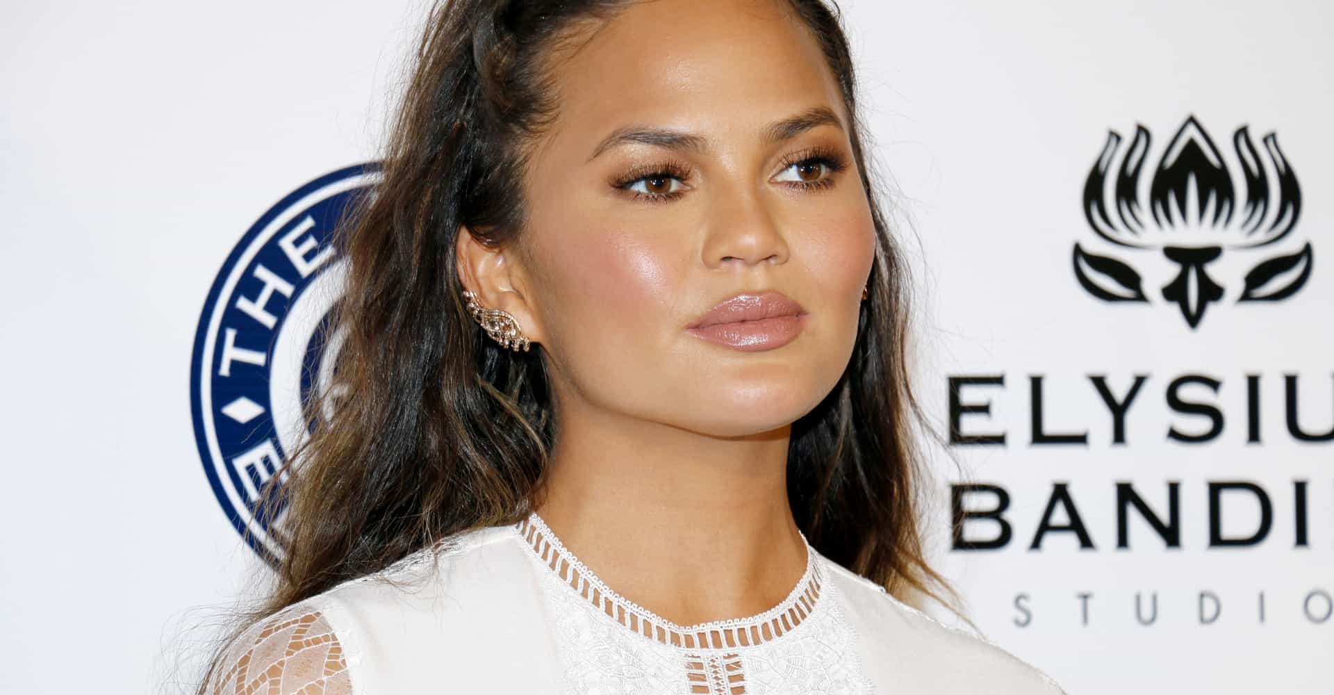 Stop what you're doing and follow Chrissy Teigen on Twitter
