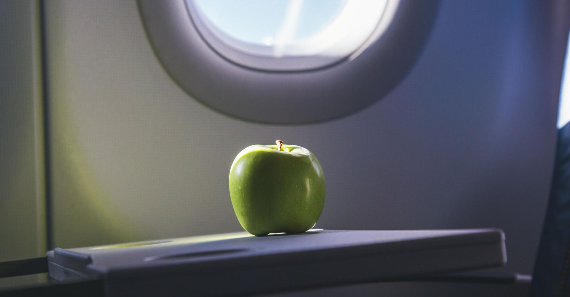 Vrouw bewaart vliegtuig snack en krijgt flinke boete