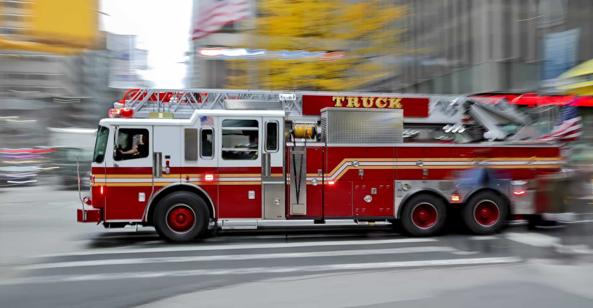 Man en vrouw stelen brandweerwagen