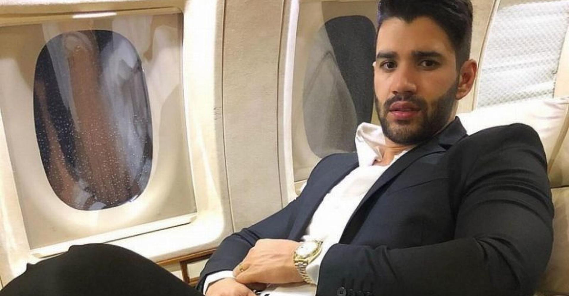 Gusttavo Lima se desespera e passa vexame em avião por não saber falar inglês