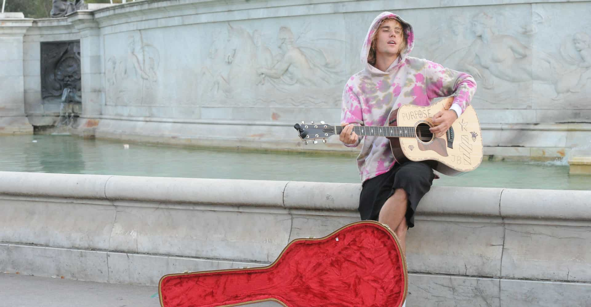 Justin Bieber took to London streets to serenade fans