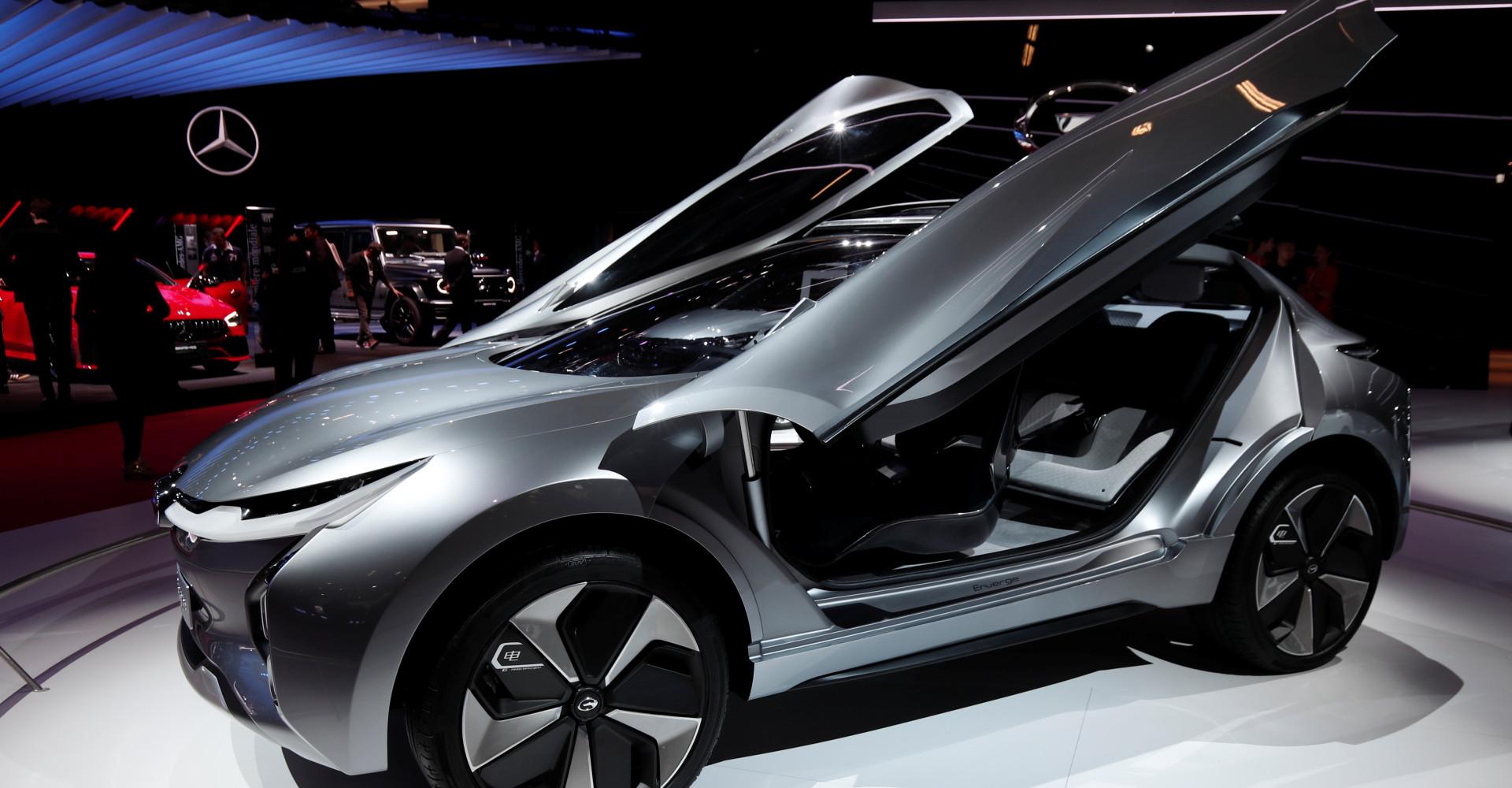 Futuristiset autot ajavat maailman suurimpaan autonäyttelyyn