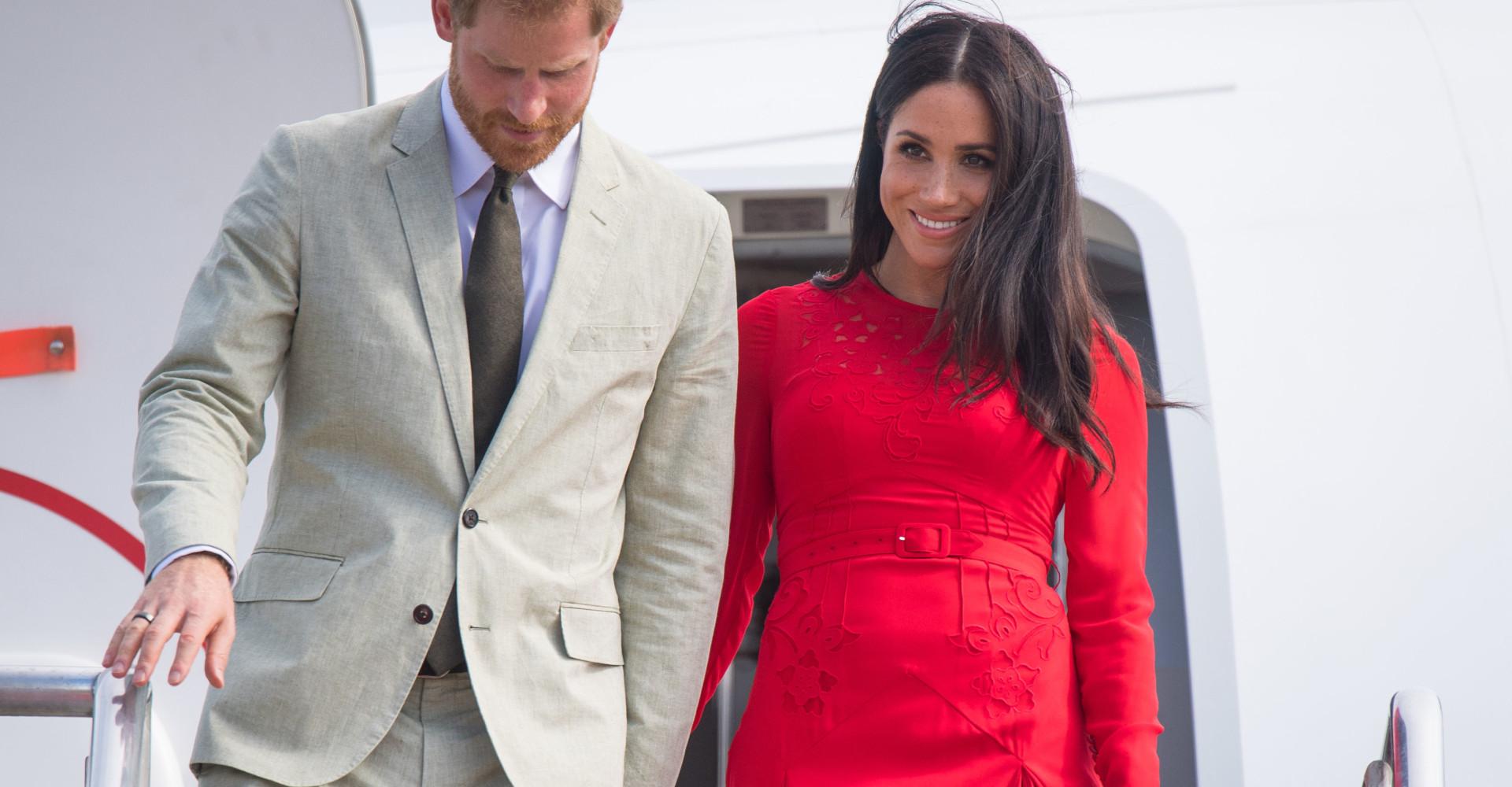 Passo falso per Meghan Markle: la duchessa dimentica il cartellino del vestito