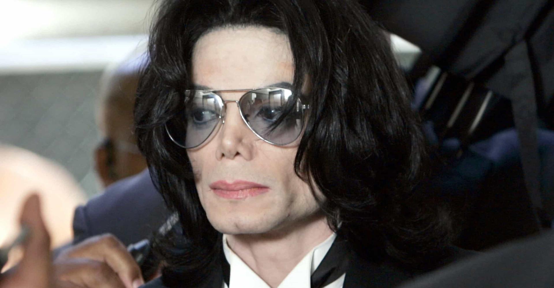 Corpo de Michael Jackson pode ser exumado para provar abuso sexual