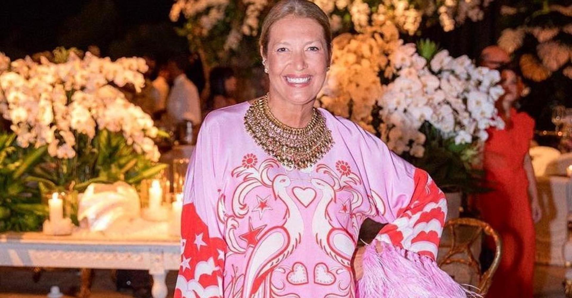 """Após polêmica, diretora da Vogue pede demissão: """"Cabeça erguida"""""""