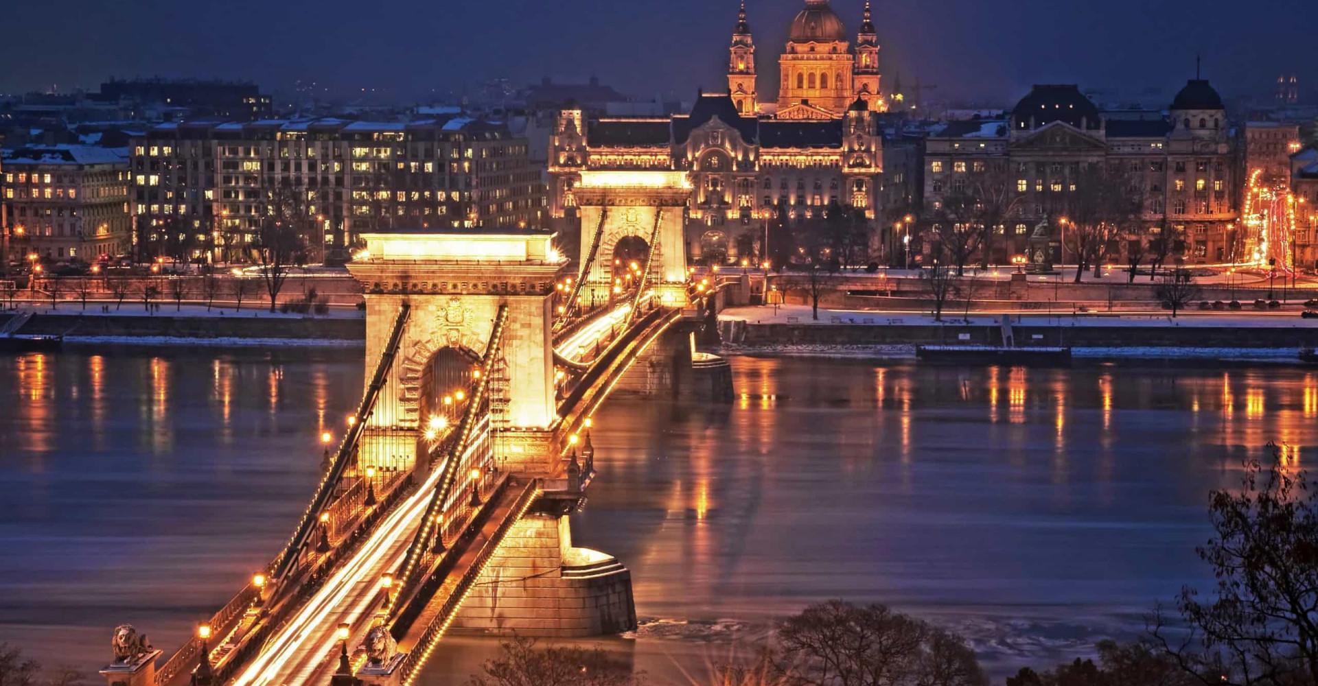 Yökyöpeleille: parhaat kaupungit tutkittavaksi pimeän laskeuduttua