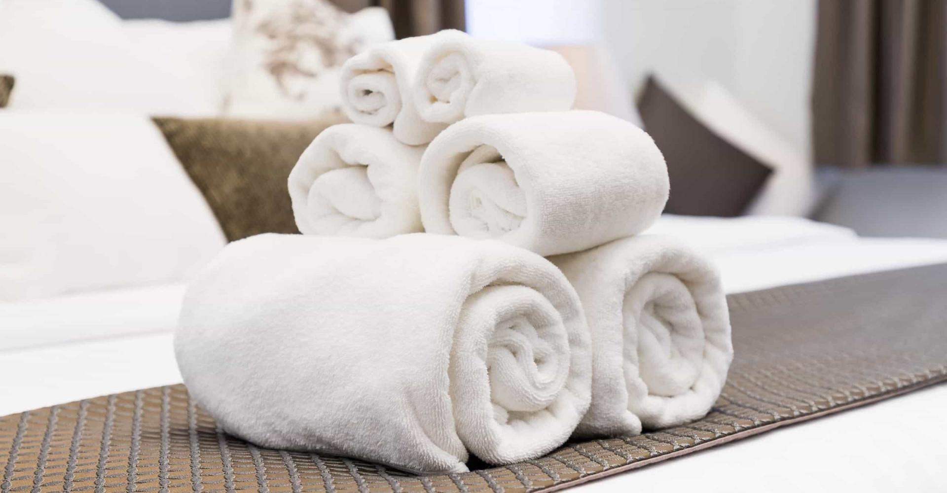 Waarom hotels altijd witte handdoeken hebben