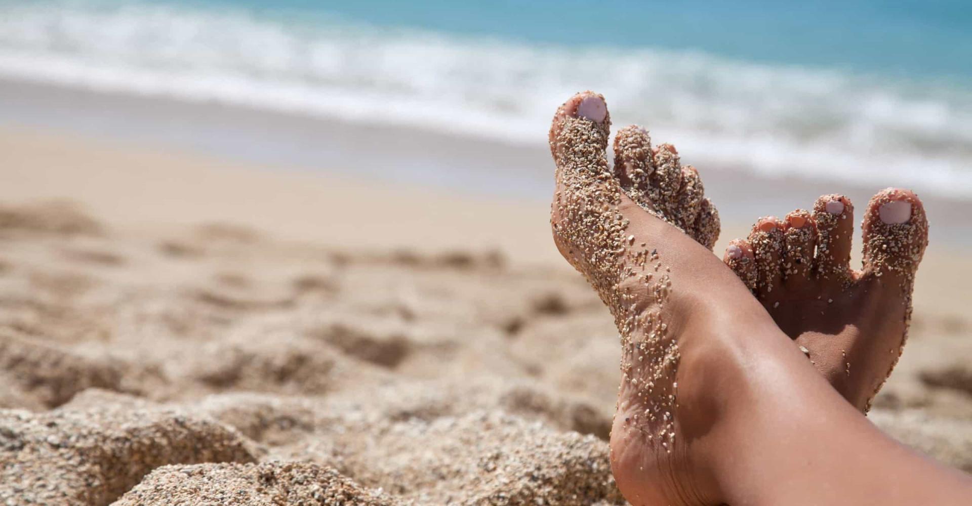 De oplossing voor zanderige voeten na het strand