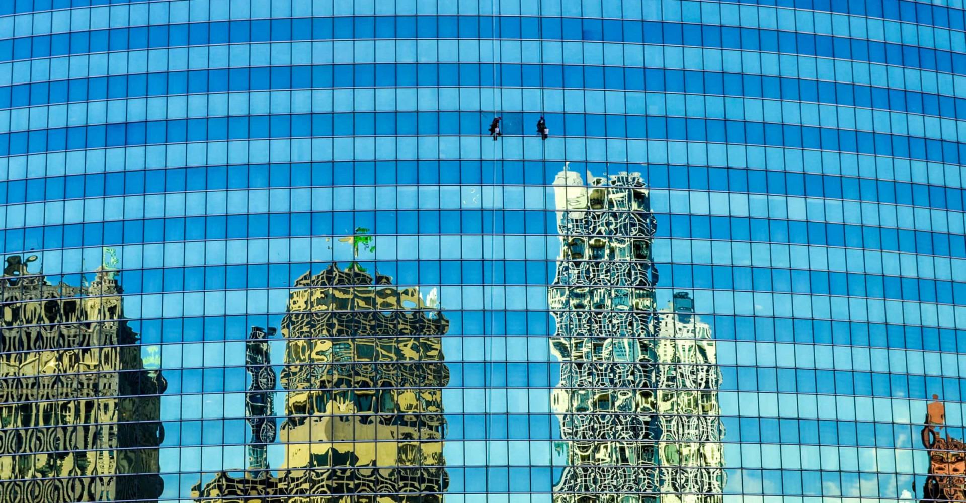 Det svindlade livsfarliga arbetet att tvätta fönster på skyskrapor