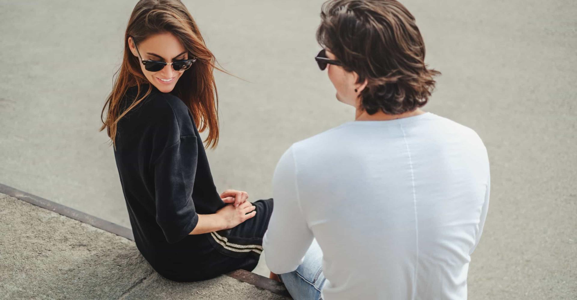 Zo herken je het verschil tussen flirten en vriendelijkheid