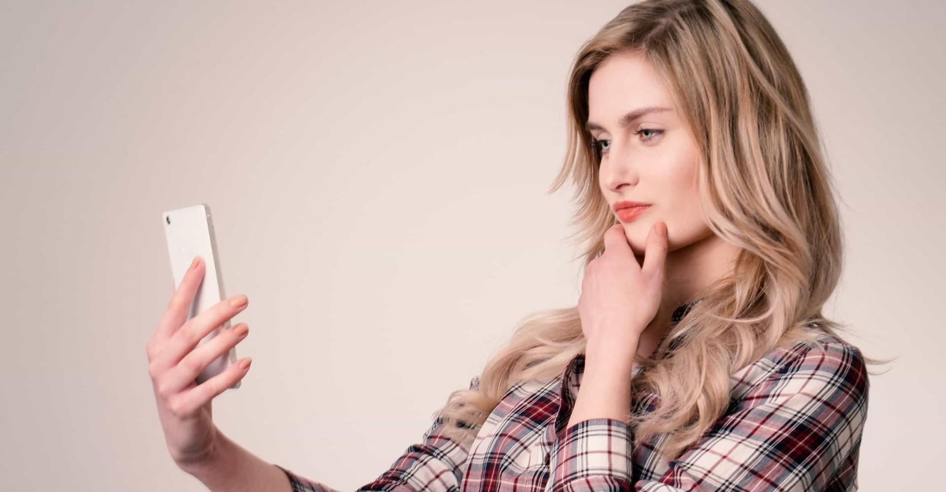 Vrouw verzamelt 'dick pics' op Tinder voor kunstwerk