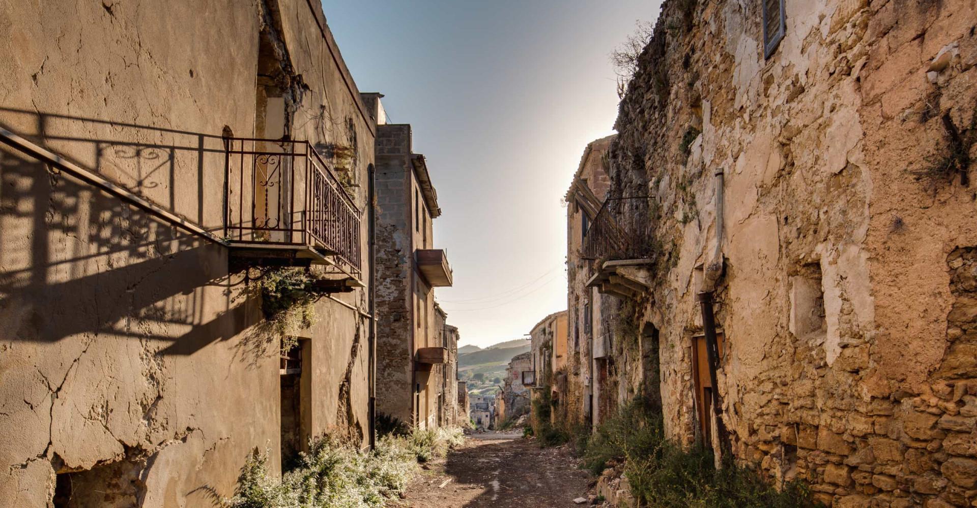 Billiga hus till salu i en siciliansk spökstad