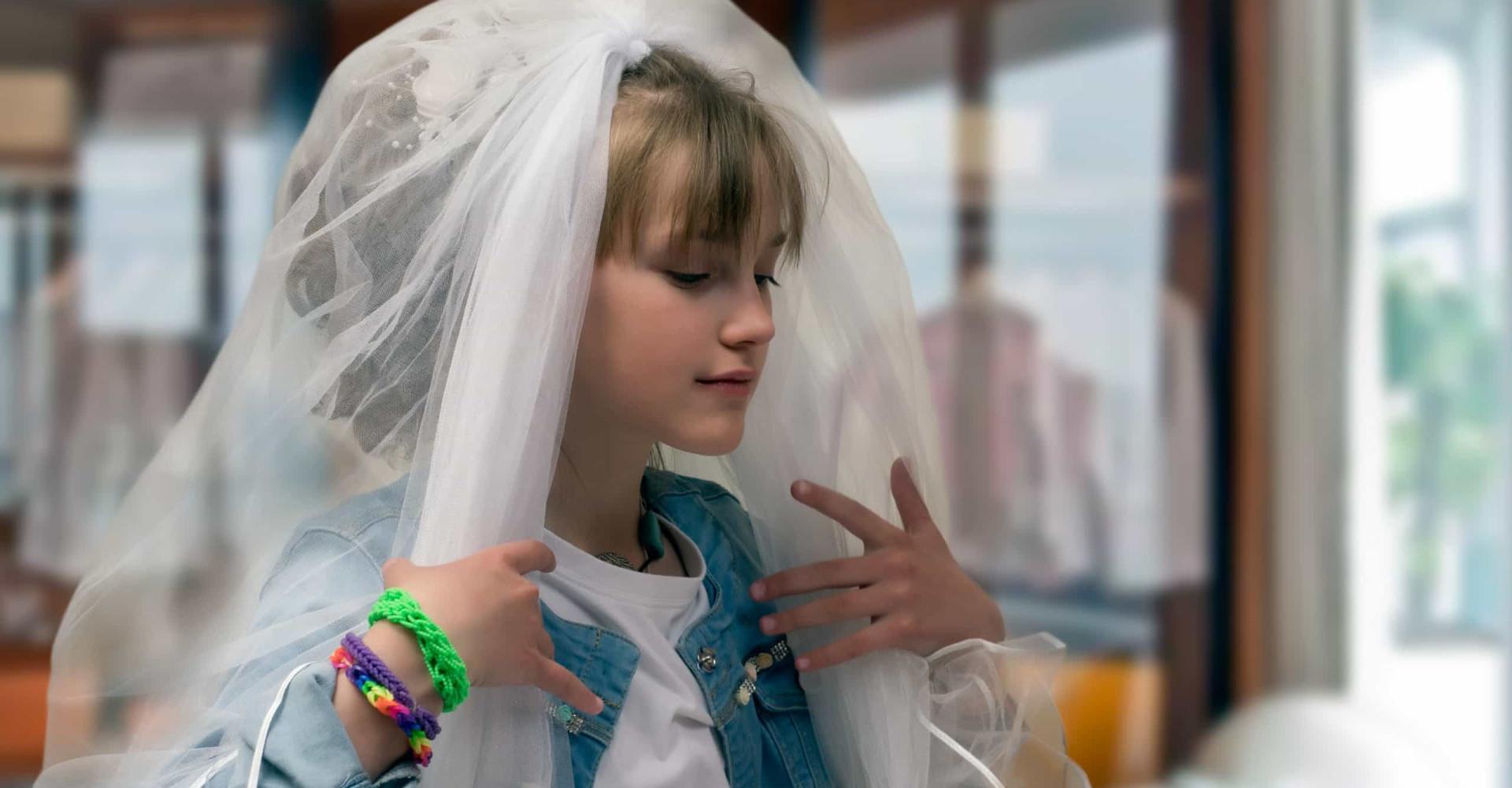 Tiener draagt moeders trouwjurk op schoolfeest