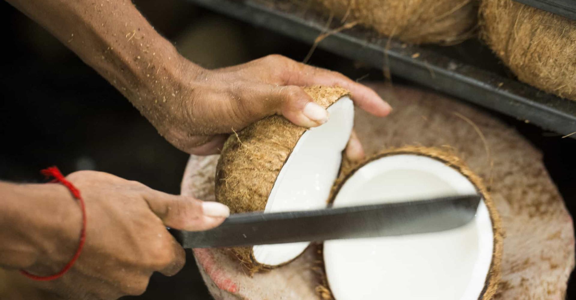 Zo simpel is het om een kokosnoot te snijden