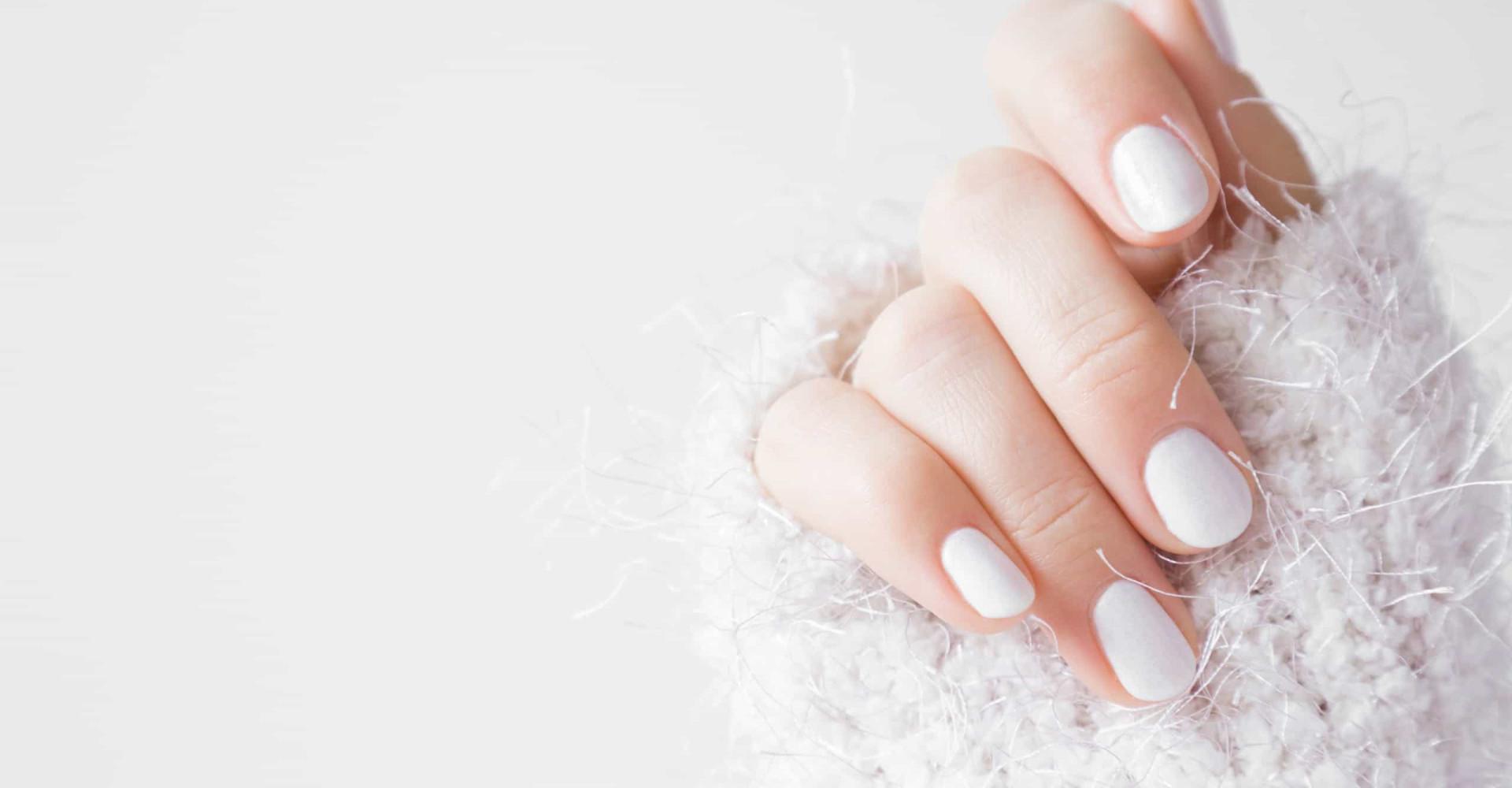 Vrouw verliest bijna vinger na manicure