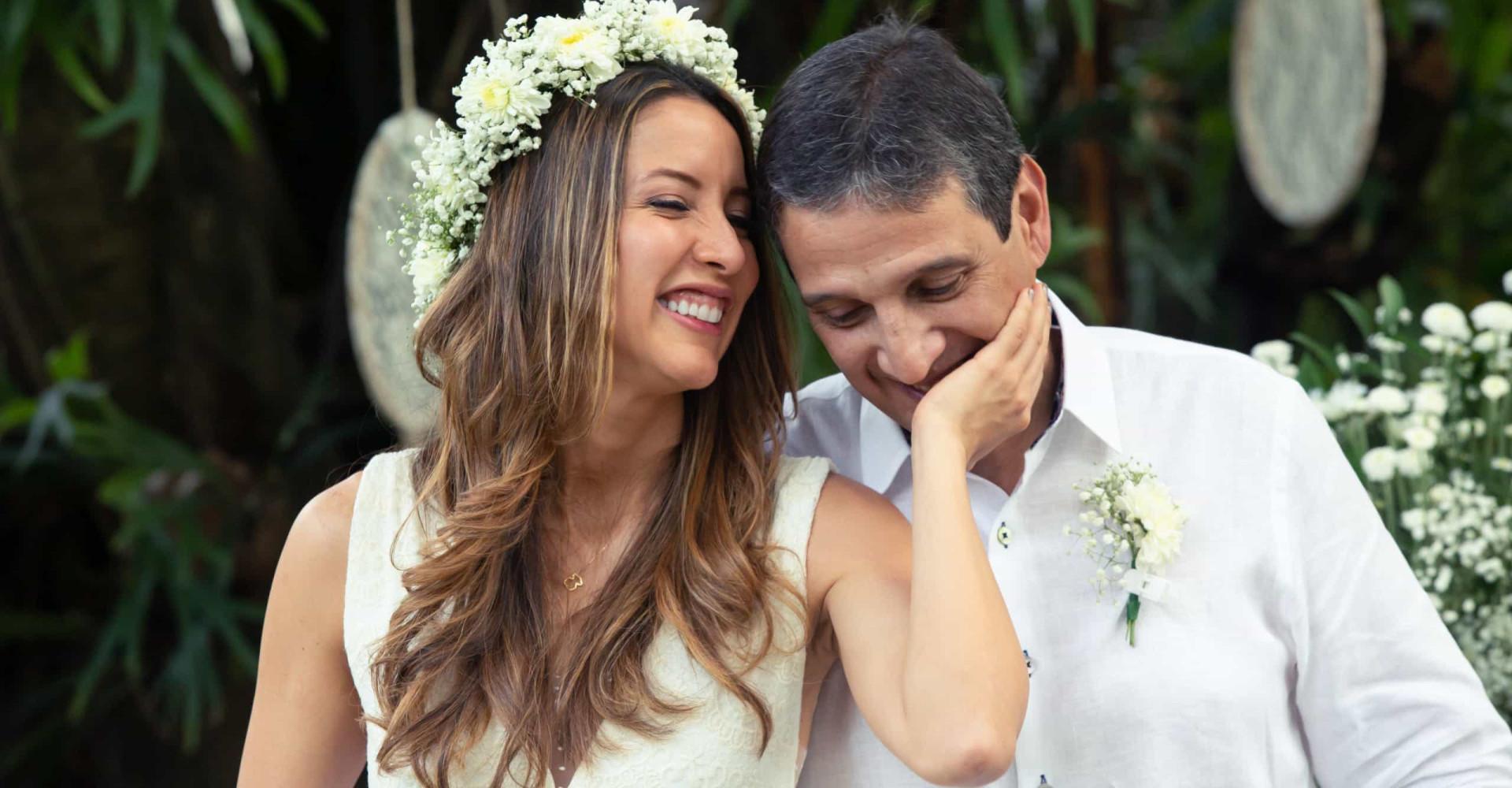 Koppel trouwt in basisschool