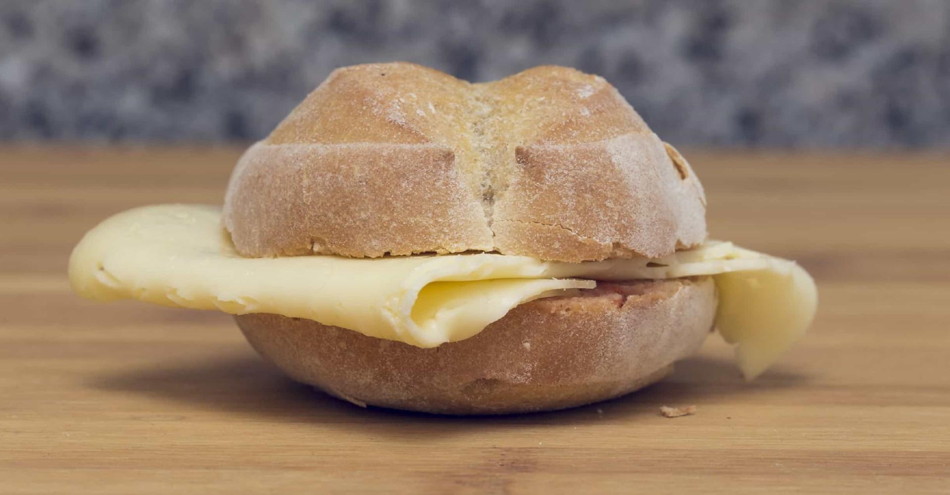 Vrouw eet alleen maar broodjes kaas