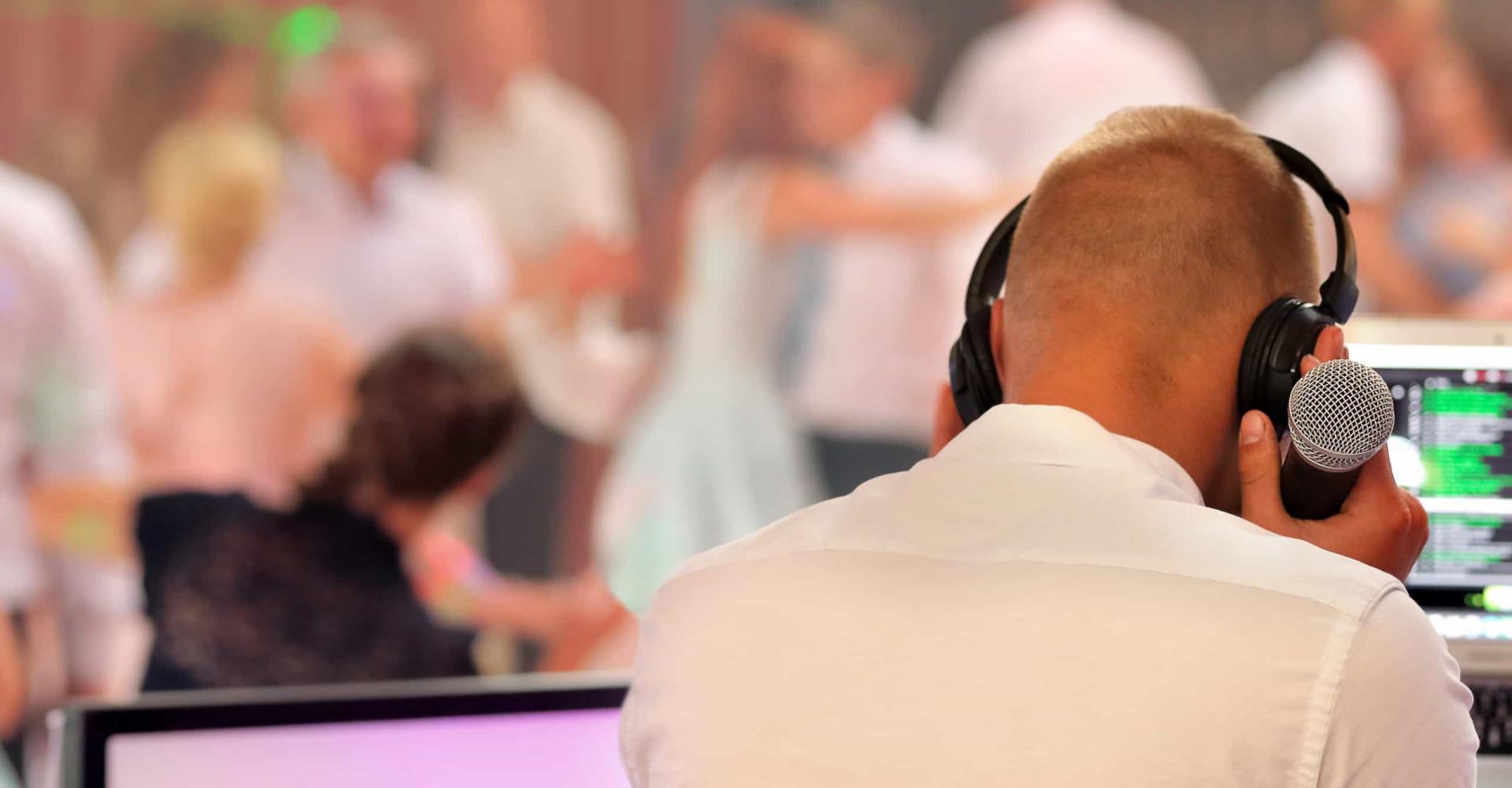 Braut verliebt sich in den Hochzeits-DJ