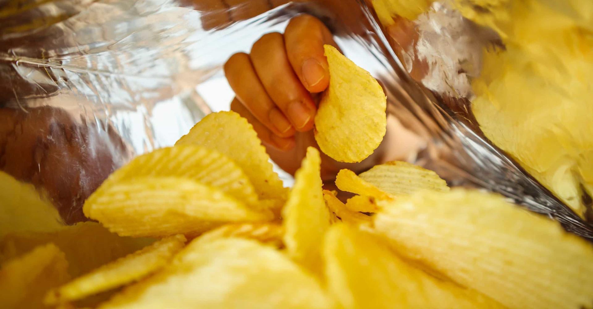 Man bewaart gigantische chip uit chipszak