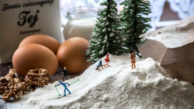 Taiteilija luo miniatyyrikohtauksia käyttäen arkipäiväisiä esineitä