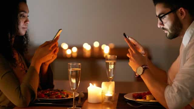 Wissenschaftler sagen: Beim Essen zu chatten ruiniert die Mahlzeit!
