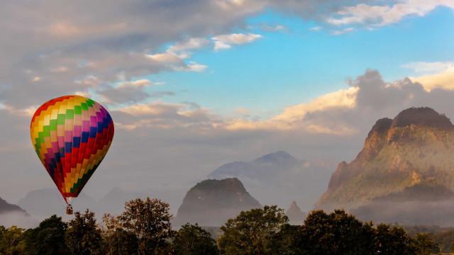 Là-haut: les plus beaux voyages en ballon