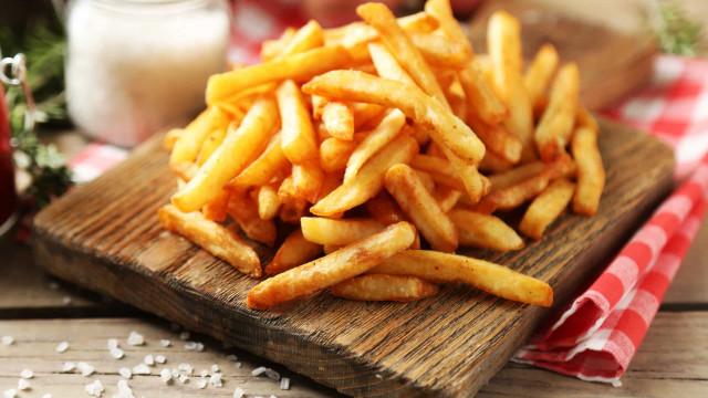 As diferentes formas como as batatas fritas são comidas no mundo
