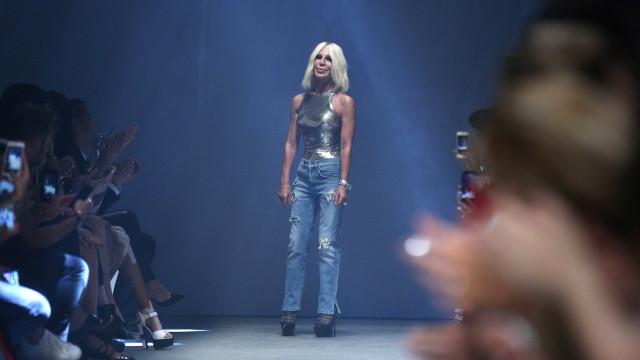 Donatella Versace, lo stile audace che detta la moda
