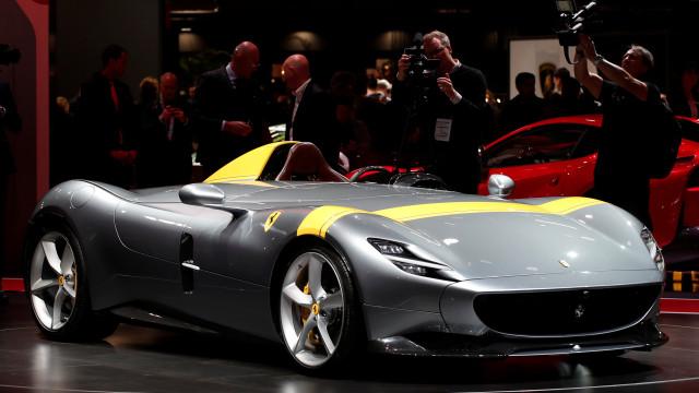 Il lusso estremo della Ferrari Monza SP, regina del Salone di Parigi