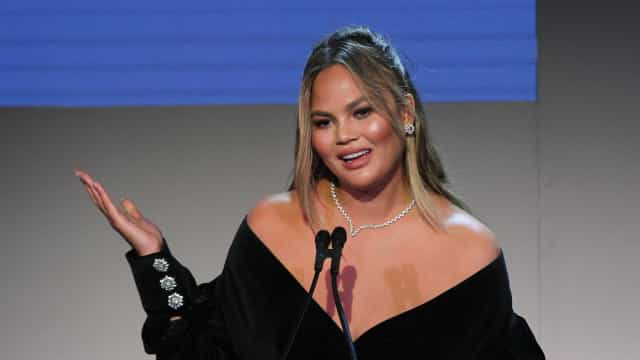 Chrissy Teigen hilariously fires back at mom-shamer