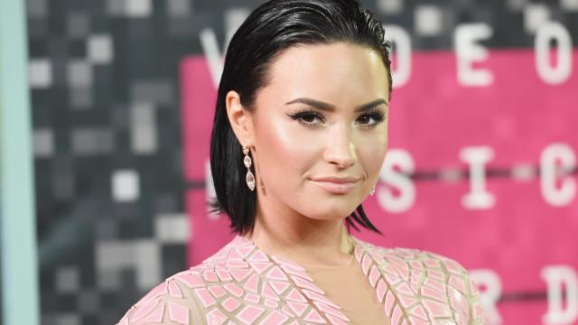 """Demi Lovato comemora reabilitação: """"seis meses livre das drogas"""""""
