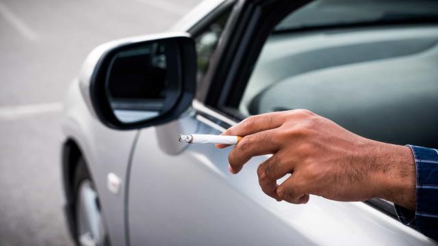 Tips om een rookgeur uit je auto te krijgen