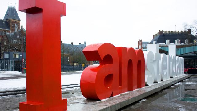 I AMsterdam-letters vervangen door 'HUH'