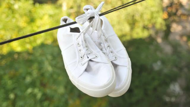 Zo maak je je witte sneakers weer brandschoon