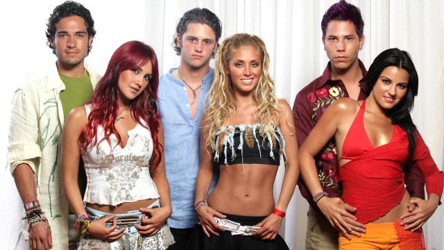 Ex-integrantes do RBD travam lançamento de documentário sobre o grupo