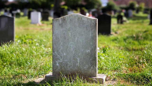Bizar: vrouw krijgt boete voor seks op grafplaats