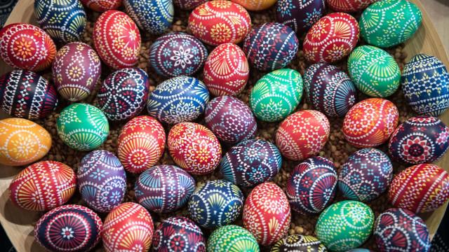Des œufs de Pâques aux couleurs du monde
