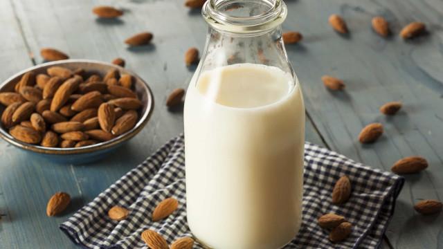 Waarom je beter geen amandelmelk kunt drinken