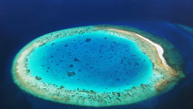 Where to admire coral atolls, the sapphires of the sea