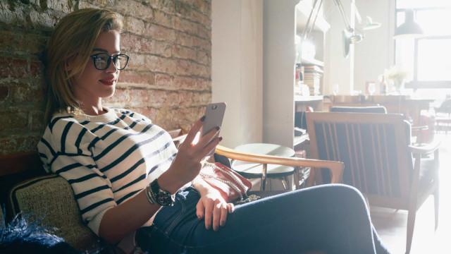 Waarom je nooit in je partner's telefoon moet spieken