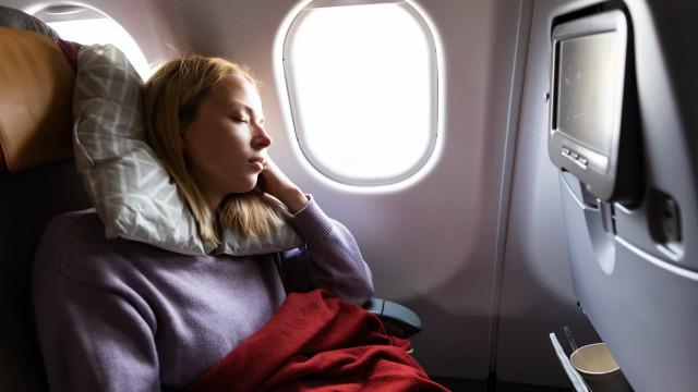 Tips om beter te slapen in het vliegtuig