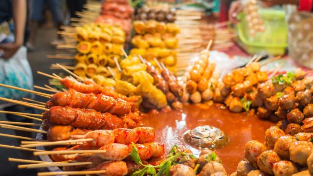 아시아 국가에서 맛 볼 수 있는 맛있는 길거리 간식