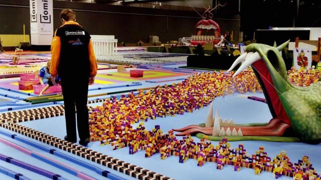 Estruturas impressionantes feitas com peças de dominó!